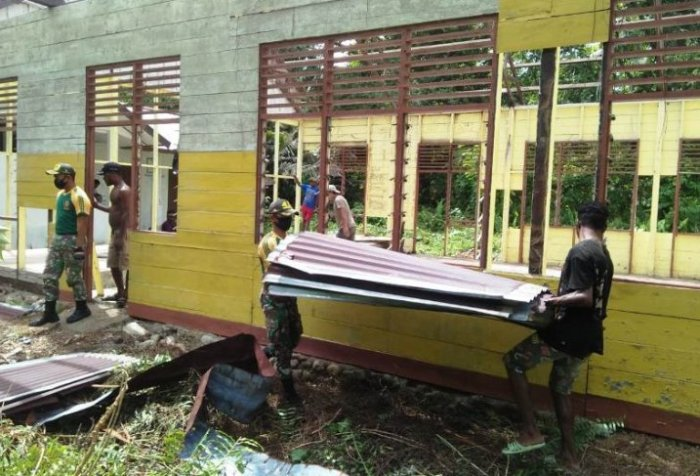 Soldiers help constructing church